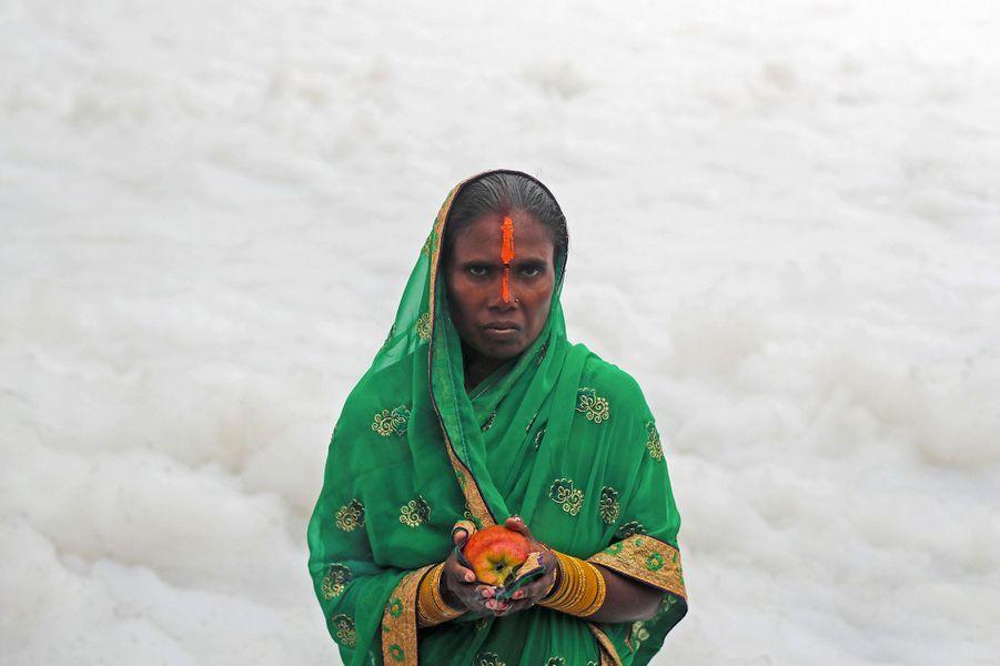 Des femmes se rendent dans la rivière Yamuna, à Delhi, polluée par des solvants.