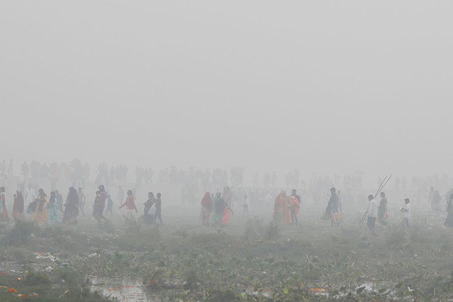 NewDelhis'est réveillée dimanche dans un brouillard de pollution particulièrement dense.