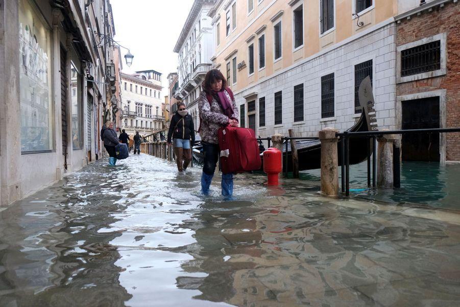 Dans une rue de Venise inondée, dimanche.