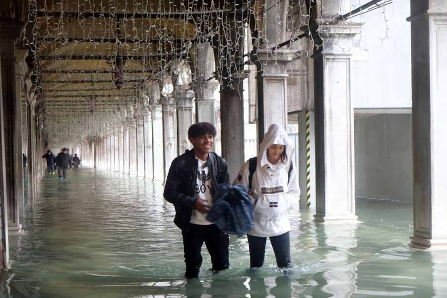 Sous les arcades de la place Saint-Marc à Venise, dimanche.