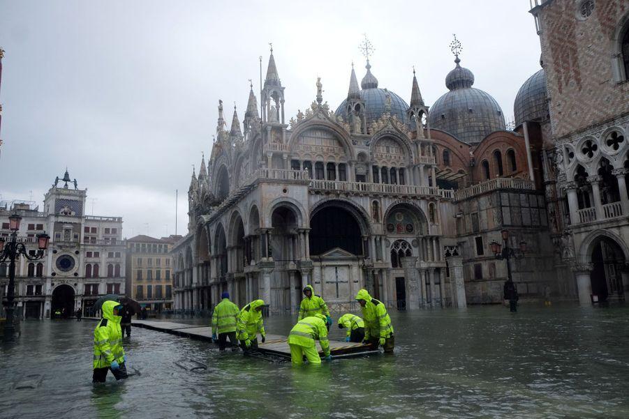 Une plateforme est installée sur la place Saint-Marc inondée dimanche à Venise.