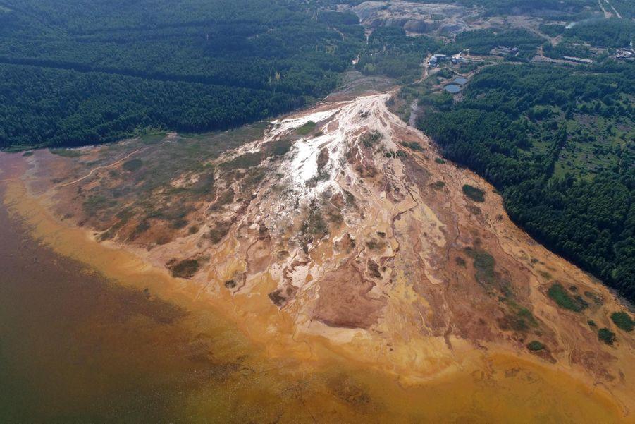 La rivièreTaguil, contaminée par l'acide d'un réservoir de la mineLevikhinski.
