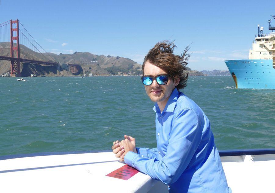 Boyan Slat devant l'Ocean Cleanup, quittant San Francisco pour nettoyer le Pacifique de ses plastiques.
