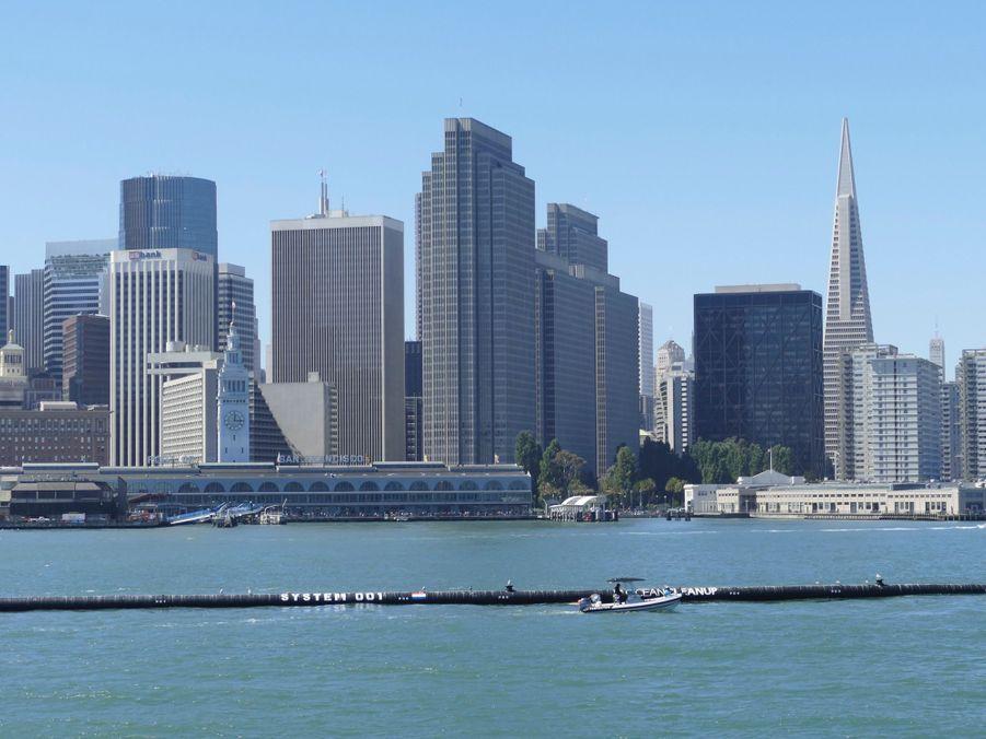 Le système de l'Ocean Cleanup, quittant San Francisco pour nettoyer le Pacifique de ses plastiques.