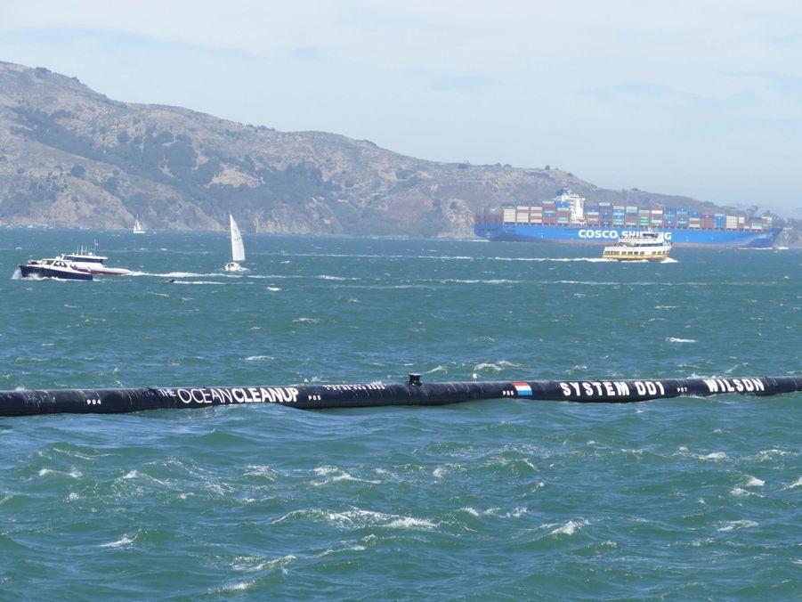 La technologie d'Ocean Cleanup consiste en un flotteur de 600 mètres de long qui se trouve à la surface de l'eau et une jupe de 3 mètres de profondeur au-dessous.