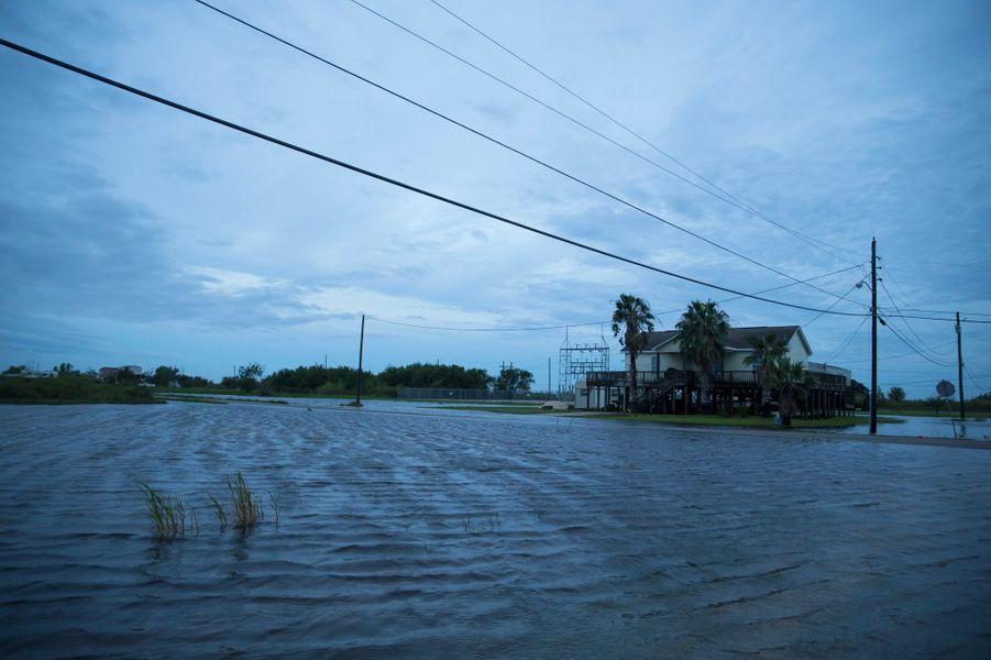 Inondations causées par l'ouragan Laura à Sabine Pass, au Texas, jeudi.