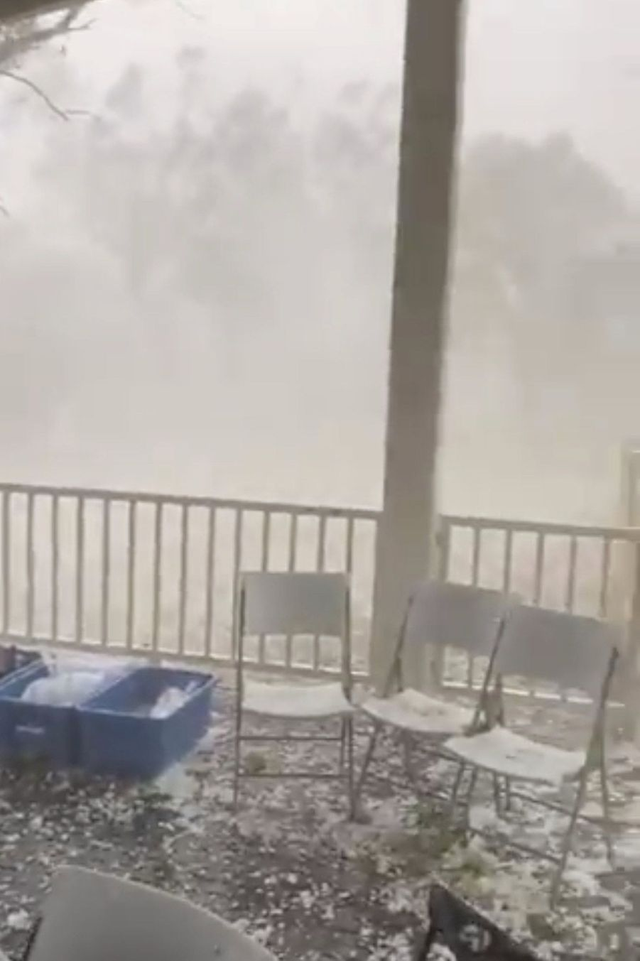 Vue de l'extérieur pendant la tempête de grêle, àWarrandyte, Victoria.
