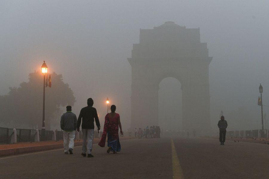 Sur l'artère qui mène au monument aux morts de l'India Gate (la Porte de l'Inde), les lampadaires ont dû être allumés.
