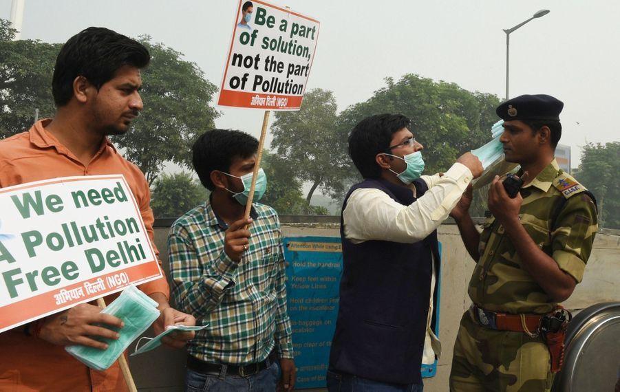 Distribution de masques par une ONG antipollution.