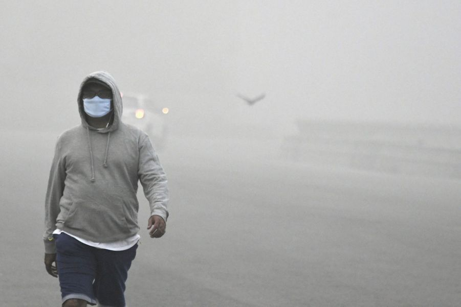 Capuche, lunettes, protection devant le nez et la bouche : la tenue du sportif qui brave le pic de pollution. Le 8 novembre.