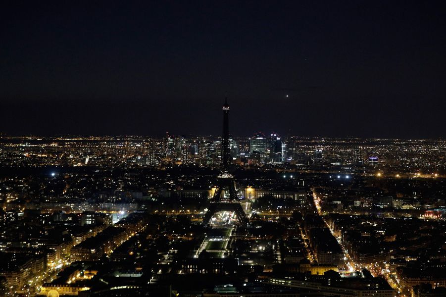 La Tour Eiffel s'est éteinte samedi soir.