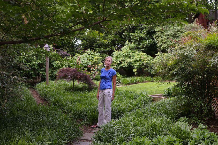 Anna Burger se tient dans son jardin à Takoma Park dans le Maryland,dans lequel elle a laissé ses plantes se répandre.