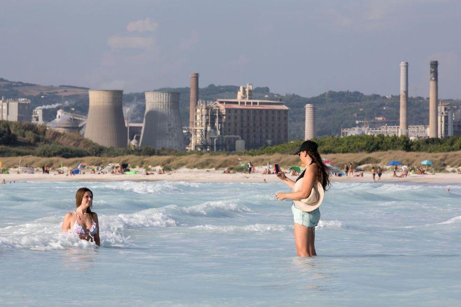 La plage blanche de Rosignano Solvay est connue pour sa couleur mais aussi son usinede produits chimiques Solvay, les pieds dans l'eau.