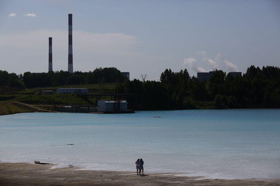 Le site, qui sert de décharge à une centrale thermique de Novossibirsk, est rapidement devenu un phénomène sur Instagram avec son eau d'un bleu cristallin éclatant, un phénomène dû à la dilution d'oxyde de calcium rejeté par la société gérant les lieux.