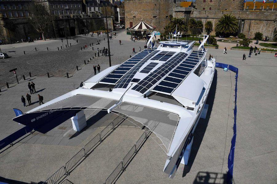 Le navire Energy Observer, sur l'esplanade Saint-Vincent à Saint-Malo.