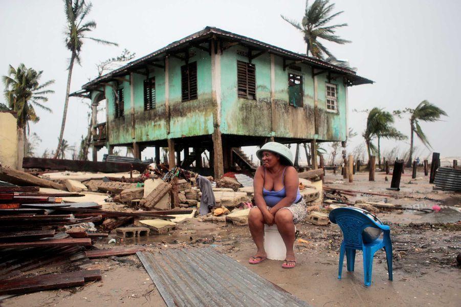 Une femme garde le sourire malgré les dégâts, à Puerto Cabezas, Nicaragua.