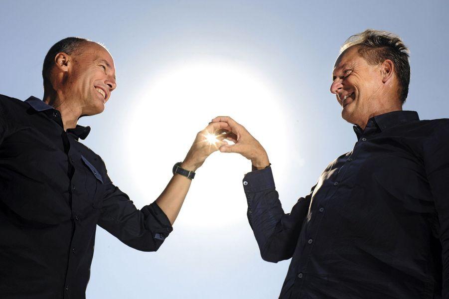 Bertrand Piccard (à g.), 58 ans, qui avait déjà réussi le premier tour du monde en ballon, et André Borschberg, 63 ans, à Monaco vendredi 29juillet.