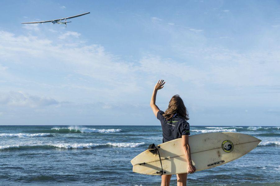 Sous les yeux d'un surfeur, départ de Honolulu, à Hawaii, le 21 avril 2016. Cap sur la Californie, une étape de 4 086 kilomètres.
