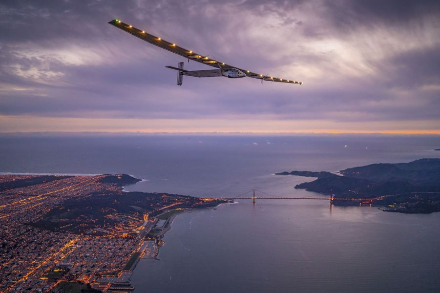 Le Golden Gate Bridge de San Francisco : « Solar Impulse » arrive en Californie, le 23 avril 2016, après soixante-deux heures de survol du Pacifique.