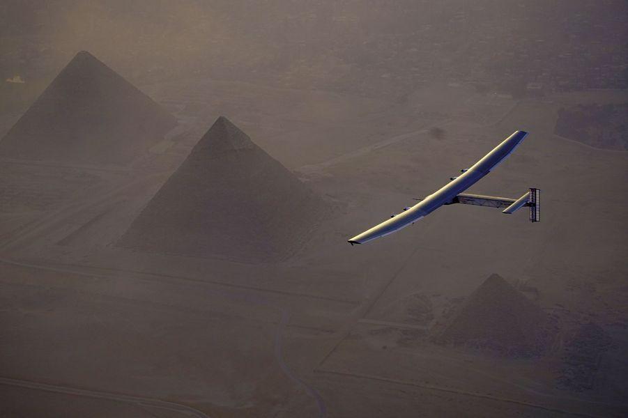 Des ailes de 72 mètres d'envergure planent au-dessus des pyramides de Gizeh, juste avant l'atterrissage au Caire, mercredi 13 juillet.