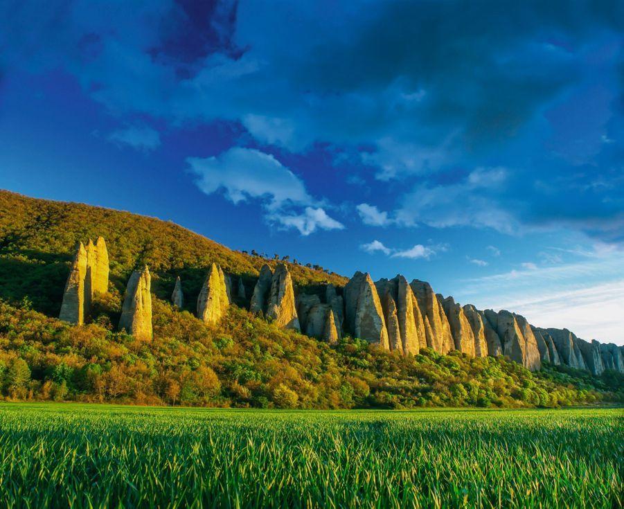 LA DURANCE COMME EN CAPPADOCE Près du village des Mées, l'érosion a donné une forme conique à ces grands rochers de quelque 3 000 mètres cubes… Mais une légende du IXe siècle, évoquant des moines pétrifiés, leur a offert un nom : Les Pénitents.
