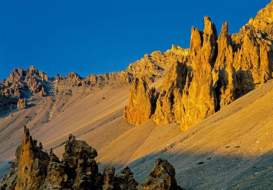 PASSER LE COL DE L'IZOARD… ET ARRIVER EN JORDANIE Hérissés sur une mer d'éboulis, ces pinacles de calcaire ont été sculptés par les eaux de ruissellement. Surnommé la Casse déserte, ce cirque austère des Hautes-Alpes est un enfer pour les cyclistes du Tour de France !