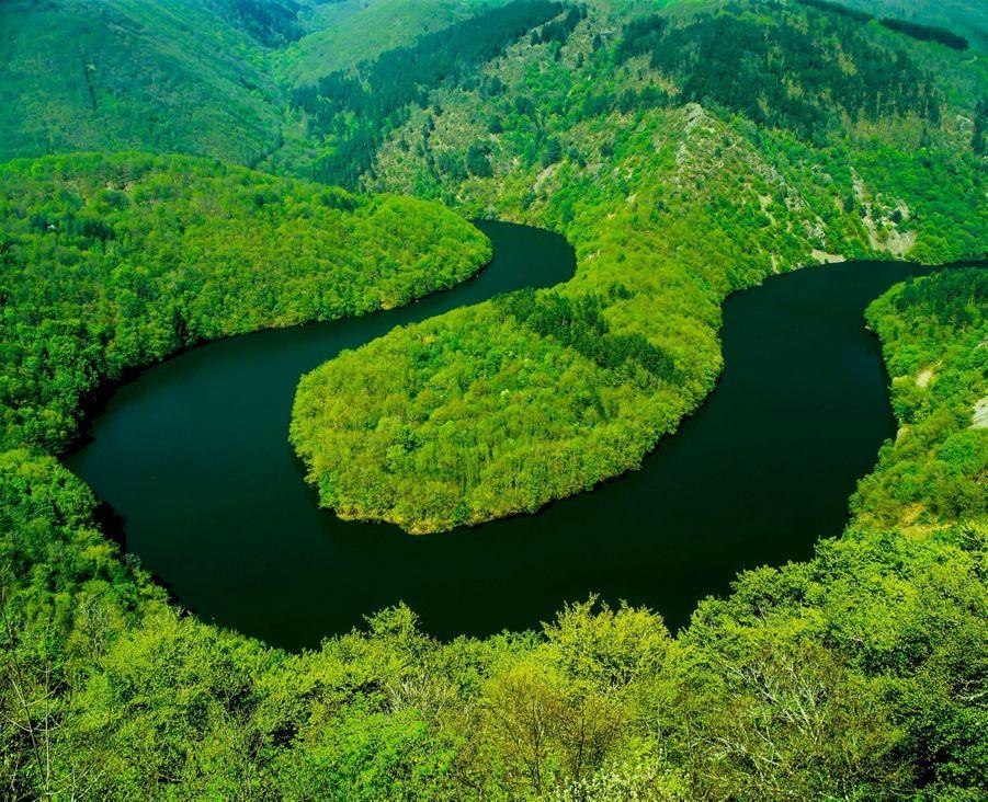DES AIRS DE BOLIVIE EN LOZÈRE Dans les Cévennes, ce plateau de calcaire, appelé la cham des Bondons, abrite 154 menhirs datant de quatre mille ans. Et une énigme géologique : deux collines qui ont résisté à l'érosion.