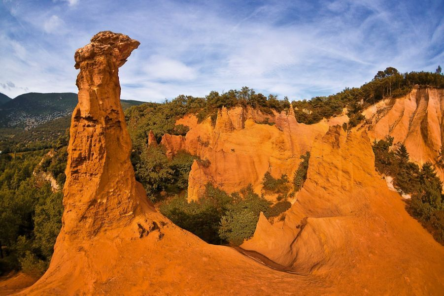 LE COLORADO PROVENÇAL A Rustrel, dans le Luberon, des carrières aux airs de canyons.