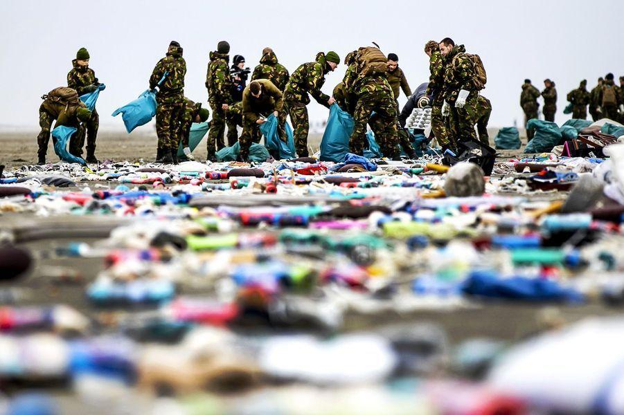 Une centaine de militaires ont débarqué à l'aube sur l'île de Schiermonnikoog, une des plus touchées de l'archipel des Wadden, dans le nord des Pays-Bas, pour aider la population locale et les nombreuses autres personnes présentes à nettoyer les côtes.