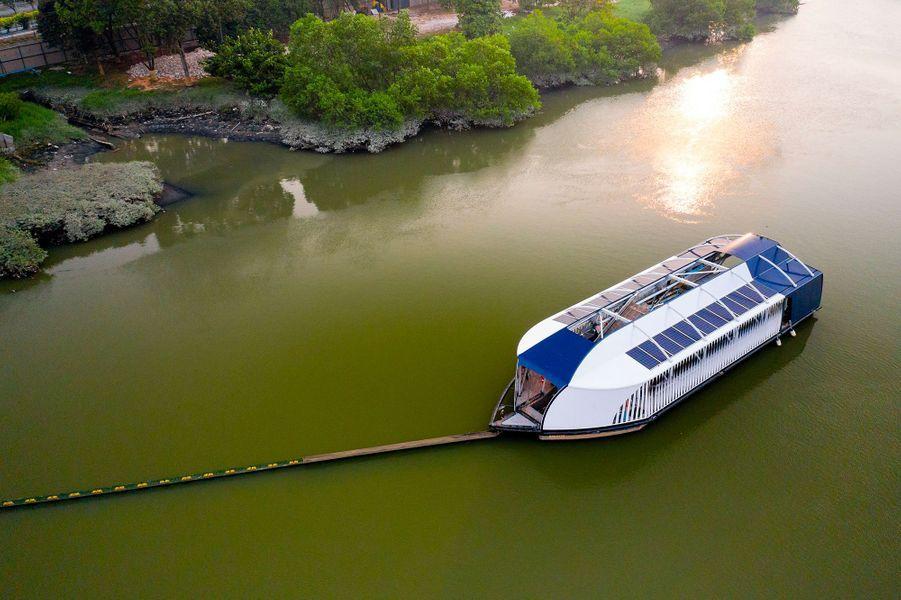 Une barrière attire les déchets vers une barge The Interceptor qui se trouve sur le fleuveKelang, en Malaisie.