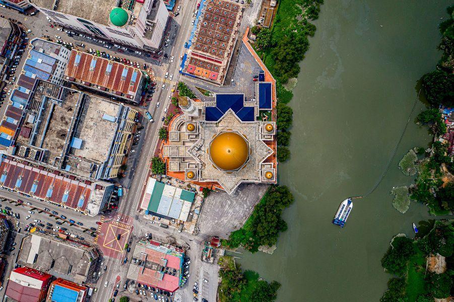 Une barge The Interceptor sur le fleuveKelang, en Malaisie.