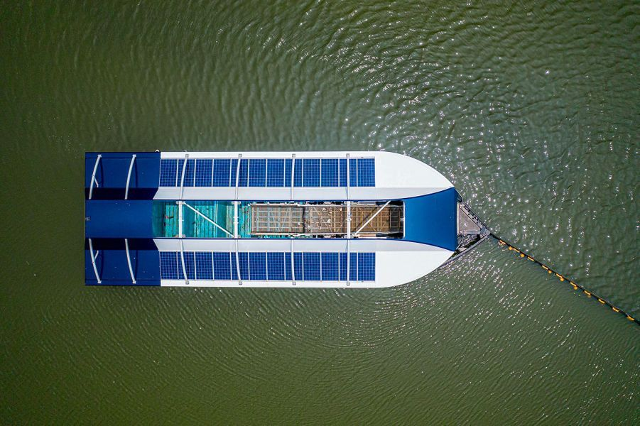 La barge est dotée de panneaux solaires et est autonomie.