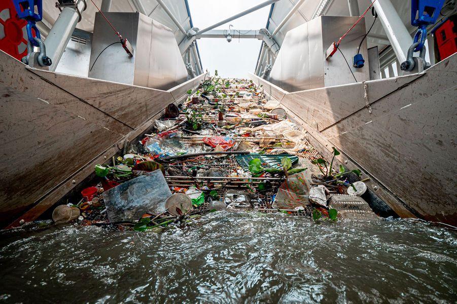 La rampe qui ramène les déchets dans la barge.