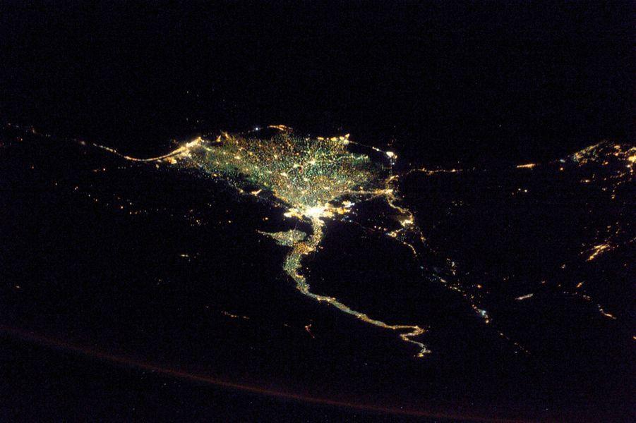 Delta du Nil : « Il est très facile à identifier de nuit. » L''éclat de lumière blanche correspond au Caire.