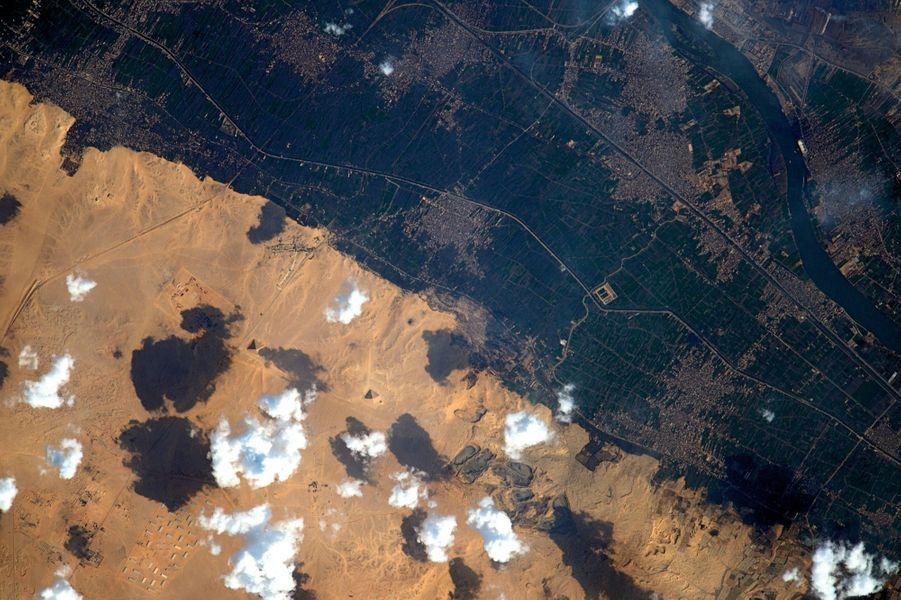 Le long du Nil : en sombre la zone irriguée et cultivée. En clair, le désert d''où émergent, à 40 kilomètres au sud du Caire, la pyramide de Bent et la pyramide rouge, les deux pyramides du règne de Snéfrou (environ 2600 av. J.-C.).