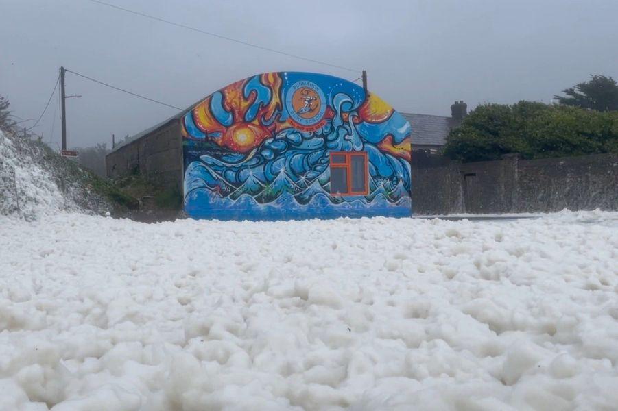 Une grande quantité d'écume de mer a déferlé sur le village irlandais deBunmahon