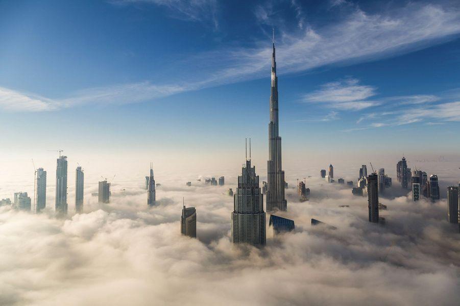 Un épais brouillard s'est installé dans la ville de Dubaï.