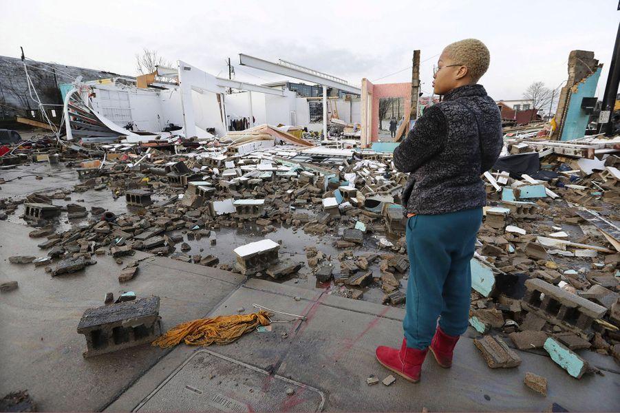 Des arbres et des poteaux électriques ont été arrachés et des maisons éventrées lorsque des tornades sont passées au-dessus de Nashville (Tennessee), dans la nuit de lundi à mardi. Au moins 19 personnes ont perdu la vie.