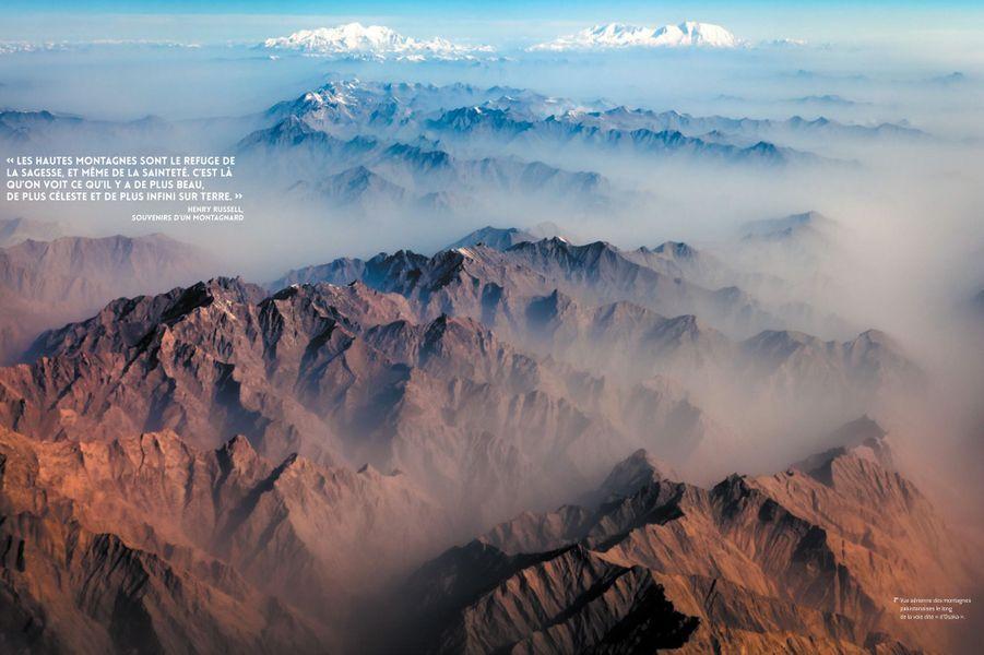 """Vue aérienne des montagnes pakistanaise de long de la voie dite """"d'Osaka""""."""