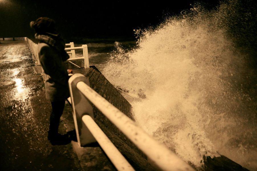 Vents violents à Lion-sur-Mer, dans le Calvados, jeudi soir.