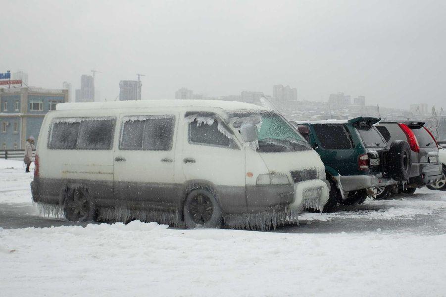 Vladivostok est enveloppée d'une épaisse couche de glace, causée par des pluies verglaçantes.