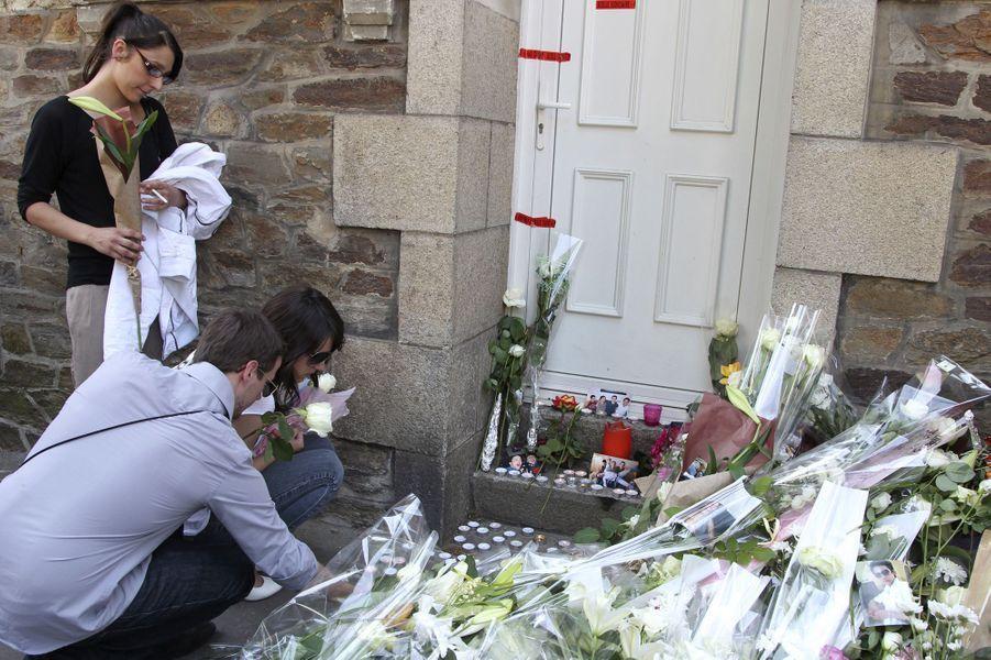 Rapidement, l'émotion est grande à Nantes. Des habitants déposent des fleurs devant la maison des Dupont de Ligonnès, le 26 avril 2011.