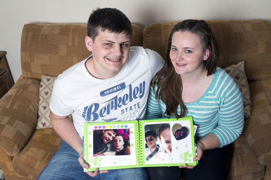 Jenny et Stuart, tenant leur album si précieux
