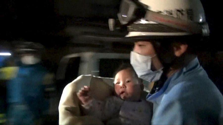 Le petite miraculée du séisme au Japon