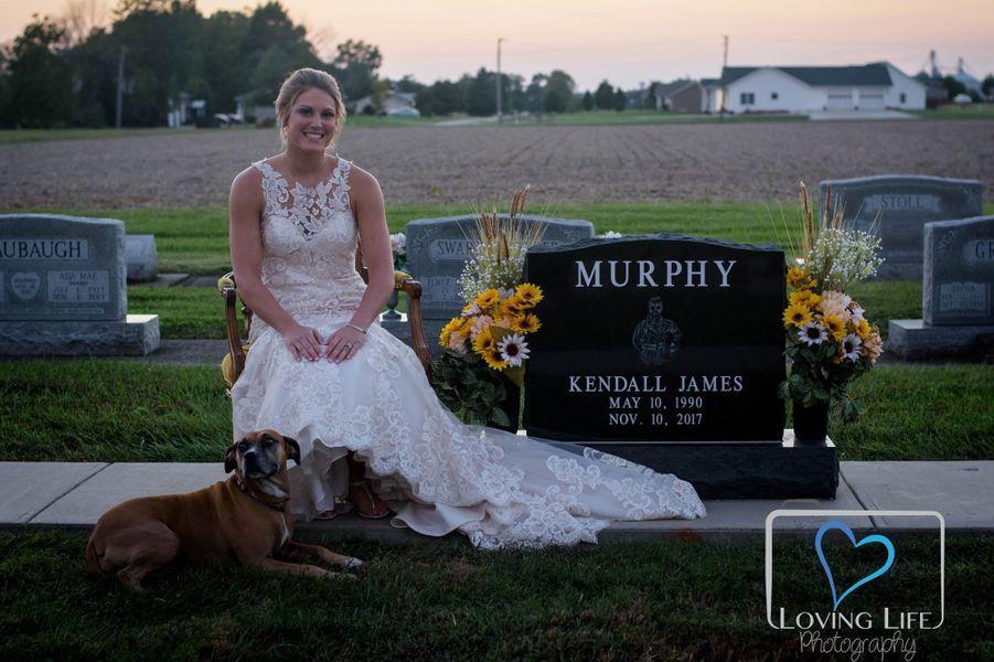 Jessica Padgett sur la tombe de l'homme de sa vie, le 29 septembre 2018