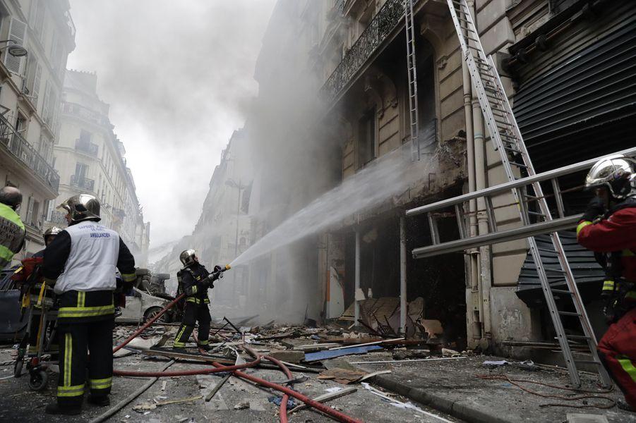Plusieurs personnes ont été blessées, dont certaines grièvement, des voitures renversées et des vitrines soufflées samedi matin à Paris par une explosion très forte survenue dans un immeuble où des pompiers intervenaient pour une fuite de gaz.
