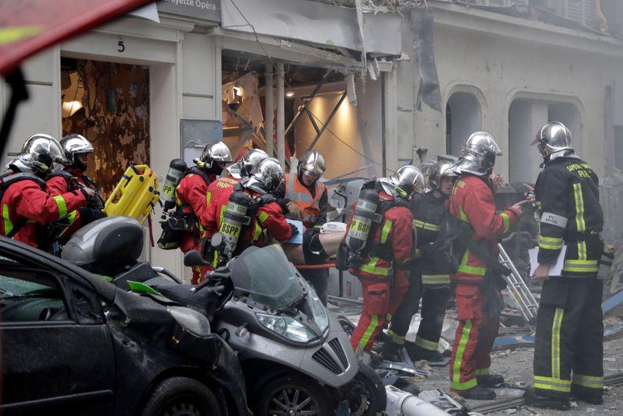 Quelque 200 pompiers ont été engagés, et un large périmètre de sécurité a été établi.