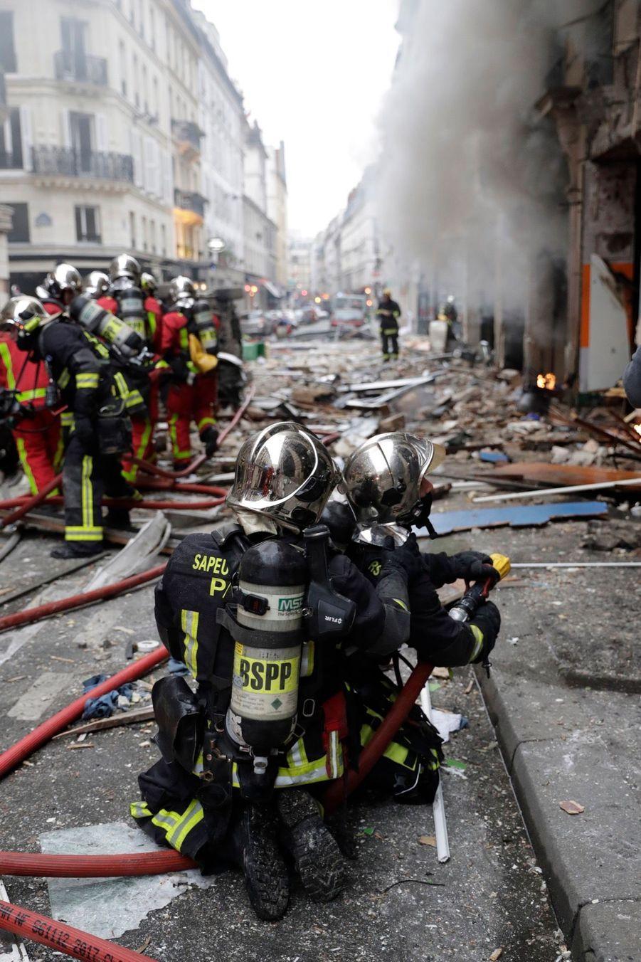 A l'entrée d'une rue voisine, à quelques dizaines de mètres du lieu de l'explosion, une dizaine de personnes blessées notamment à la tête, étaient en train d'être soignées en milieu de matinée.