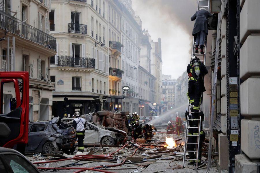 Dans les rues, plusieurs touristes, valises à la main, évacuaient les nombreux hôtels de cette zone centrale de la capitale parisienne, a constaté une journaliste de l'AFP.