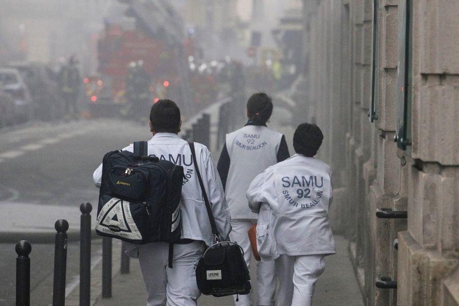 Un homme pieds nus l'air hagard les cheveux blanchis par la poussière était pris en charge par les secours.